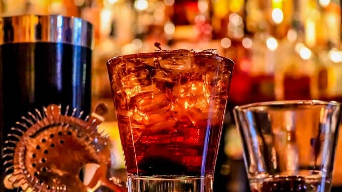 What are the easy drinks to order at a bar?